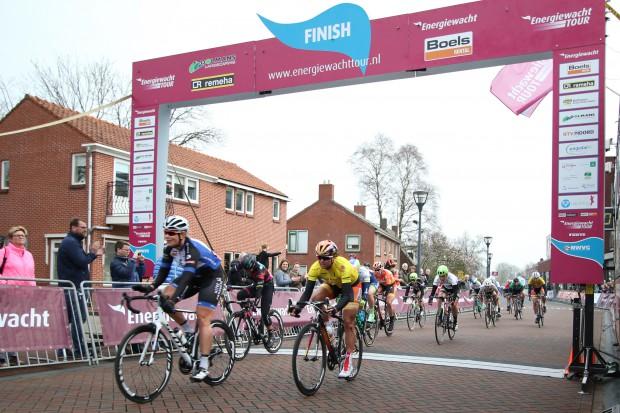 09-04-2016: Wielrennen: Energiewachttour vrouwen: Zuidhorn ZUIDHORN (NED) wielrennen Kirsten Wild heeft de vierde etappe van de Energiewacht Tour gewonnen. De renster van Hitec versloeg in Zuidhorn leidster Chantal Blaak van Boels-Dolmans (tweede) en Barbara Guarischi van Velocio-Sram (derde) in de sprint. Het was voor Wild haar eerste wegkoers na het WK Baan.