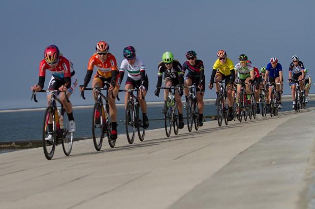10-04-2016: Wielrennen: Energiewachttour vrouwen: Borkum BORKUM (GER) wielrennen De slotetappe van de Energiewachttour was een etappe op het Duitse Waddeneiland Borkum. Het peloton met Ellen van Dijk voorin langs de Waddenzee