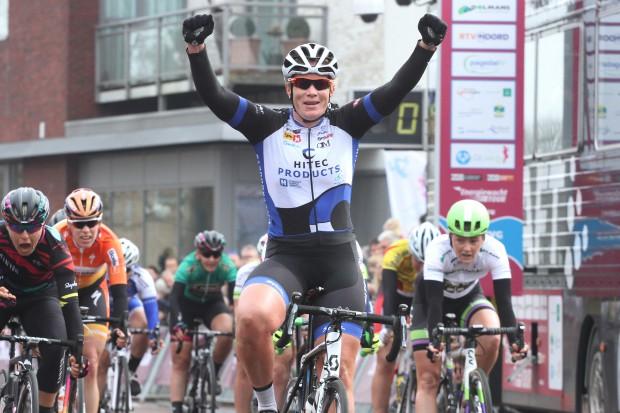 Kirsten Wild wint de etappe in Zuidhorn/Energiewacht Tour.